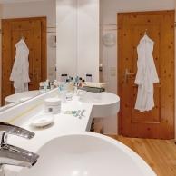 großzügiges Badezimmer flacher Einstieg Dusche