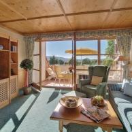 großzügiges Hotelzimmer mit traumhaftem Ausblick übers Rottal